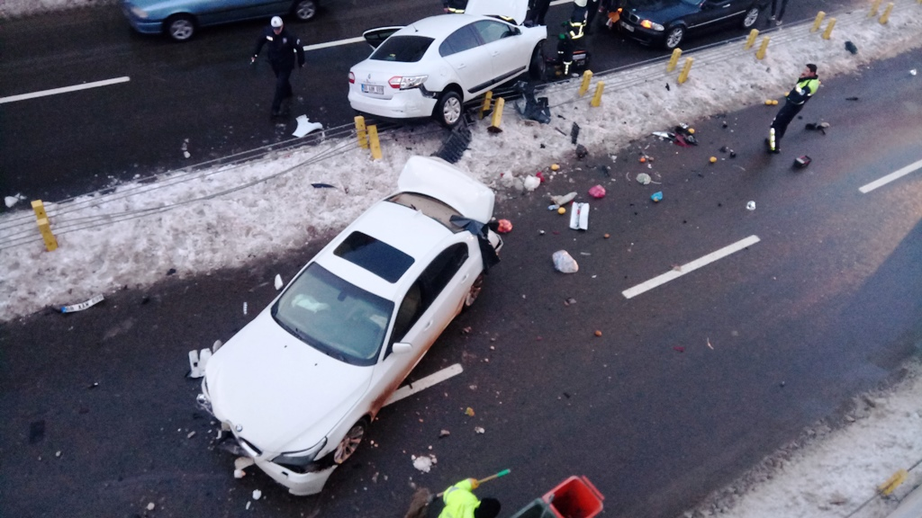 Alkollü sürücü önünde giden otomobile çarptı 4 kişi yaralandı