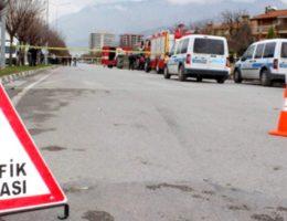 Otomobil traktöre çarptı 2 kişi yaralandı