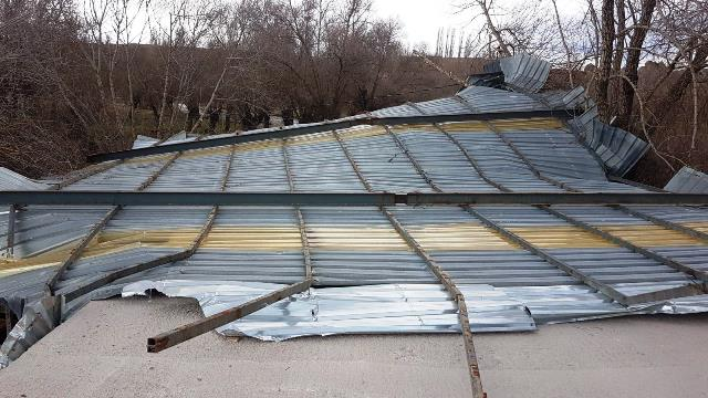 mandıranın çatısı uçtu