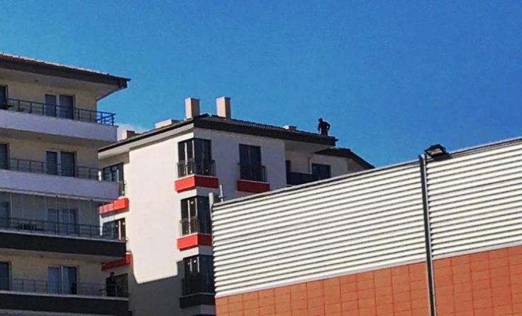 Çatıda 4 rekat namaz kıldı intihara kalktı