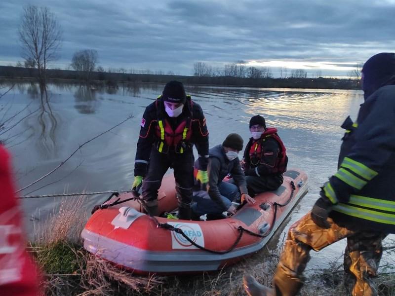 AFAD Ekipleri Suların Ortasında Kalan Kişiyi Kurtardı