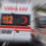 Sokağa Kontrolsüz giren otomobil Ticari taksiye çarptı 3 yaralı